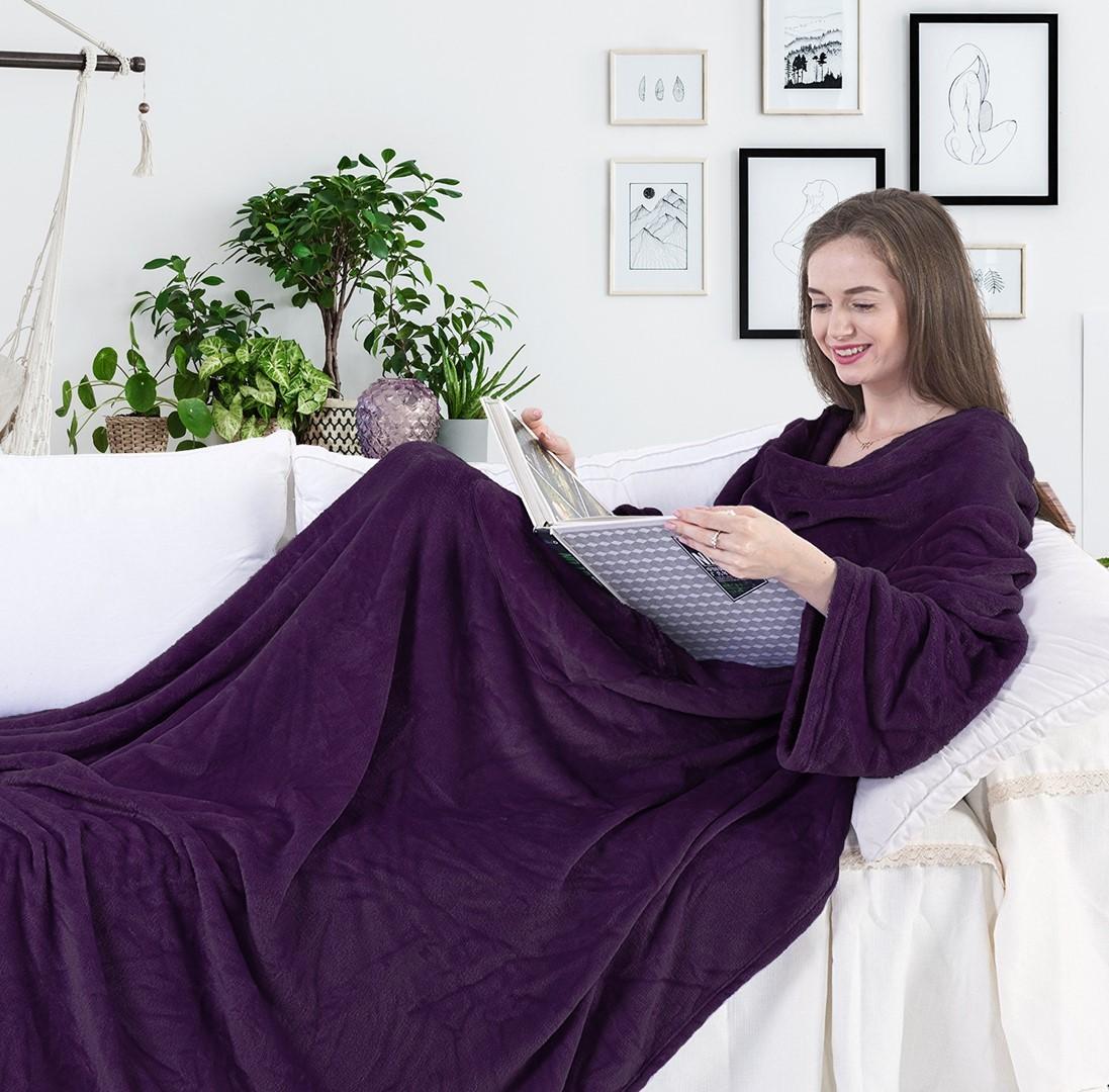 Deka s rukávy DecoKing Lazy tmavě fialová